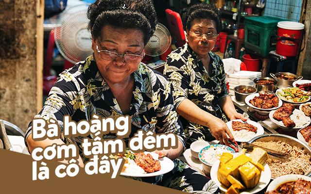 """Hàng cơm tấm... bãi rác, giá không hề rẻ nhưng sau bao năm vẫn luôn là """"bà hoàng cơm tấm đêm"""" nức tiếng khắp Sài Gòn - Ảnh 1."""