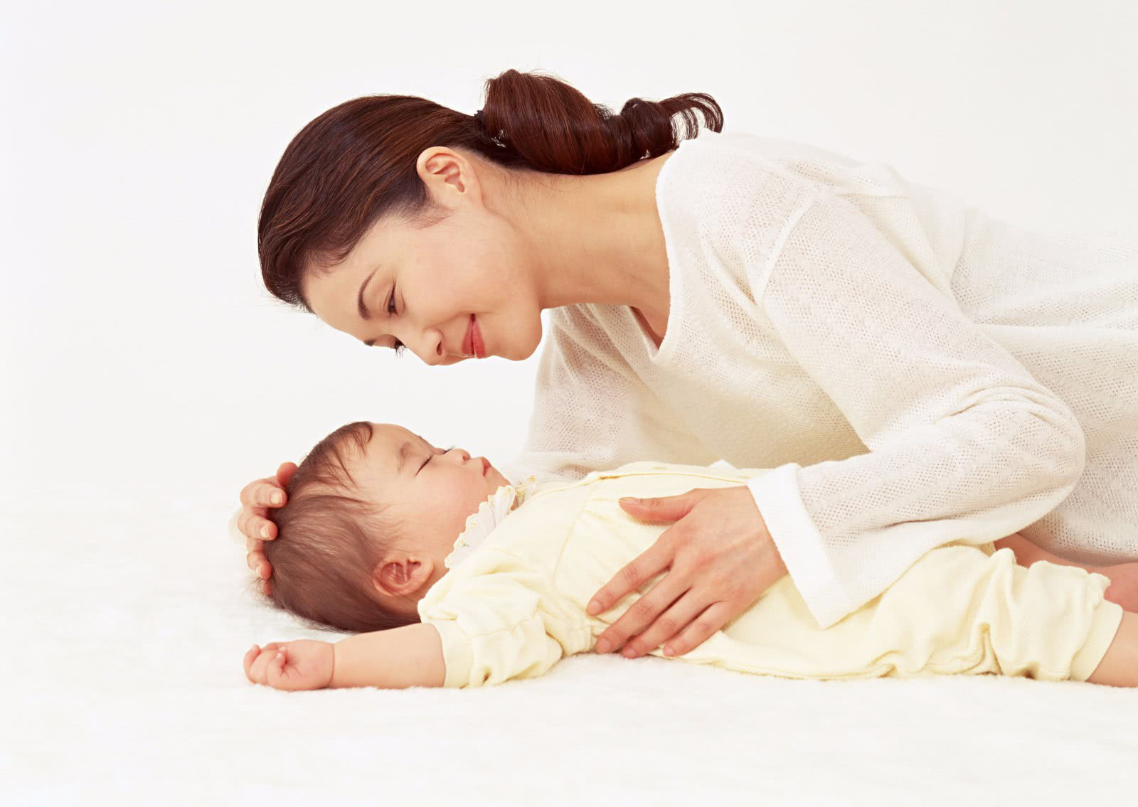 Chẳng cần ghen tị với con vì môi mẹ nay cũng có thể mềm xinh như bé - Ảnh 1.