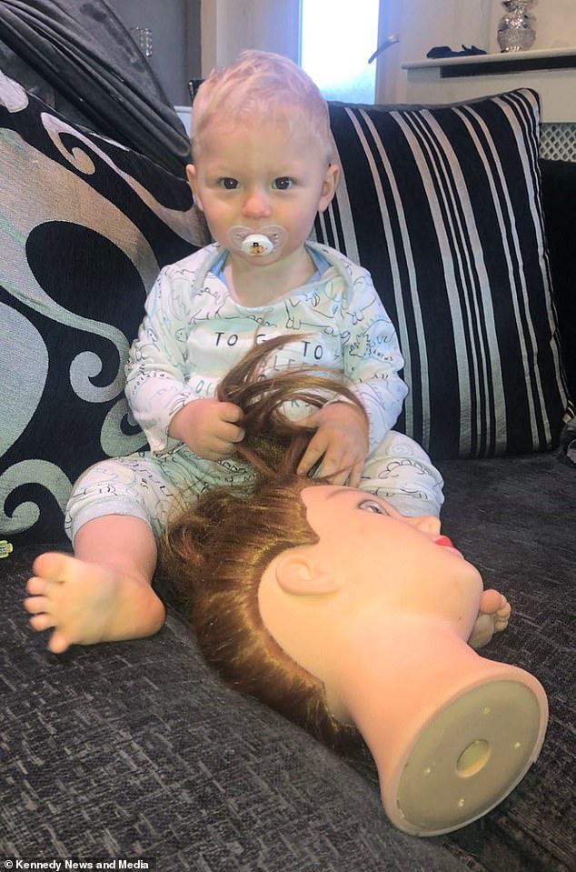 """Tặng con đầu búp bê để con sợ mà bỏ thói quen cầm tóc mẹ trong tay khi ngủ, ai ngờ, con lại thích đến nỗi dù khi ăn, ngủ, hay đi mua sắm đều """"tha"""" đầu búp bê theo - Ảnh 1."""