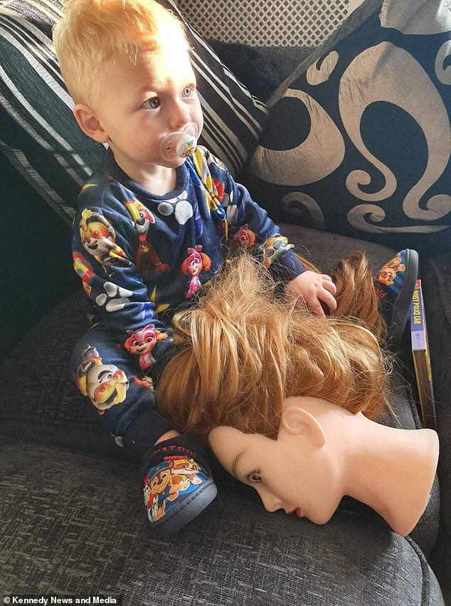 """Tặng con đầu búp bê để con sợ mà bỏ thói quen cầm tóc mẹ trong tay khi ngủ, ai ngờ, con lại thích đến nỗi dù khi ăn, ngủ, hay đi mua sắm đều """"tha"""" đầu búp bê theo - Ảnh 2."""