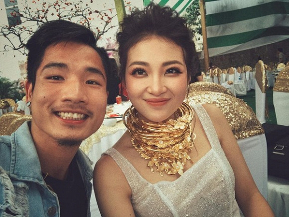 """Bầu vượt mặt sắp đẻ nhưng cô dâu """"đeo 200 cây vàng"""" ở Nam Định vẫn đẹp mơn mởn hút mắt người nhìn - Ảnh 1."""