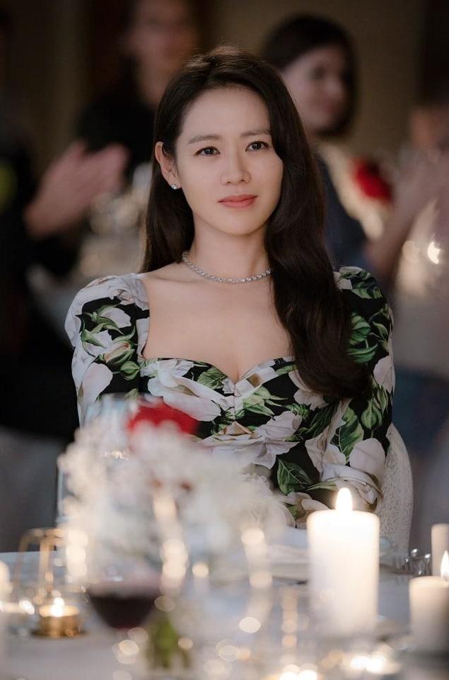 Tạo hình siêu xinh đẹp của Son Ye Jin trong phim đóng cùng Hyun Bin: Đúng chuẩn con gái nhà tài phiệt - Ảnh 2.