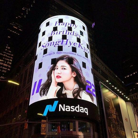 Hình ảnh Song Hye Kyo xuất hiện hoành tráng tại New York nhưng lại bị phát hiện ra chi tiết liên quan đến Song Joong Ki - Ảnh 2.
