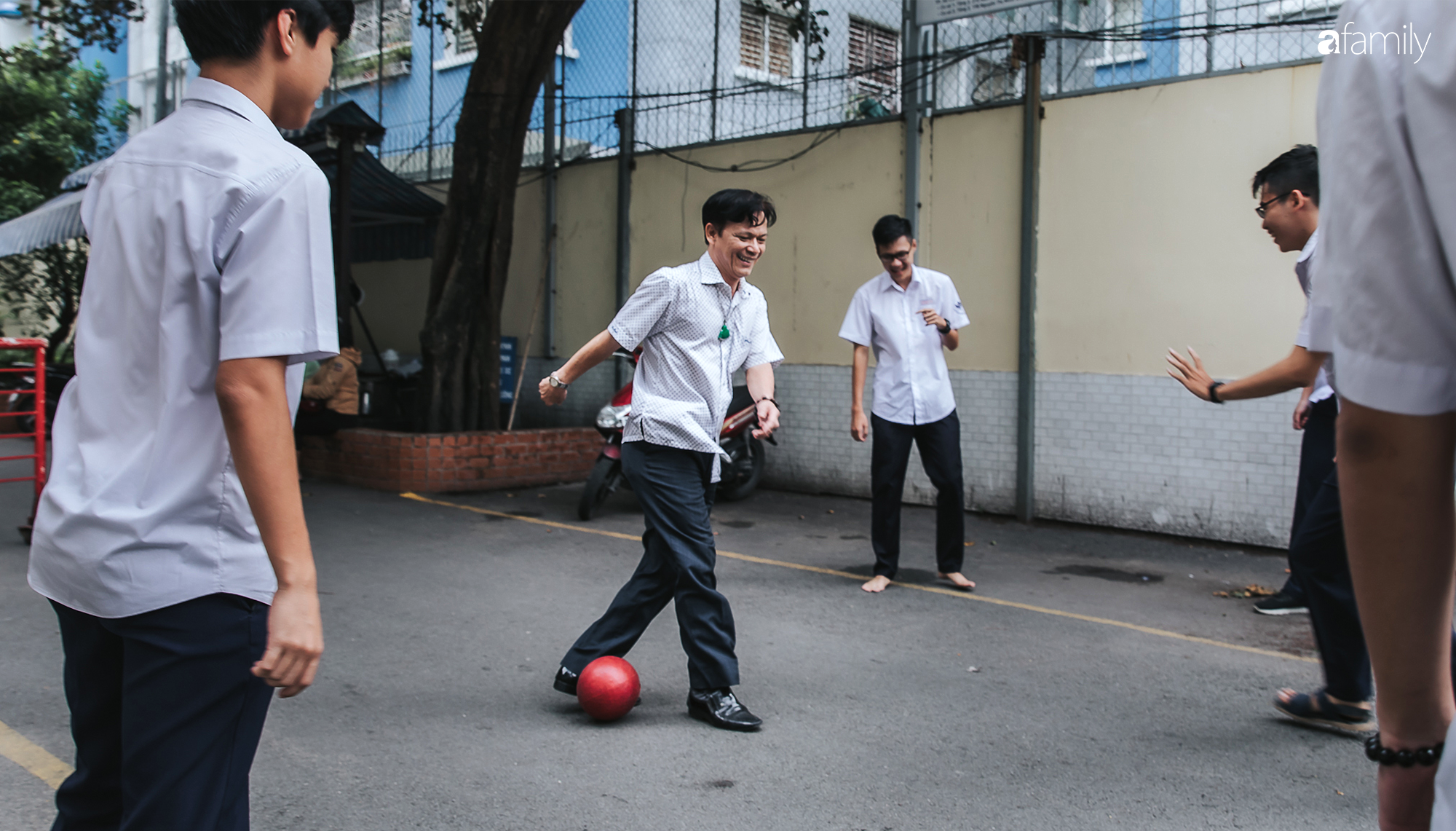 """Thầy giám thị """"độc nhất vô nhị"""" ở Sài Gòn, 21 năm được học sinh say mê, nghỉ hưu rồi học trò buồn vì mất người """"bảo vệ""""  - Ảnh 5."""