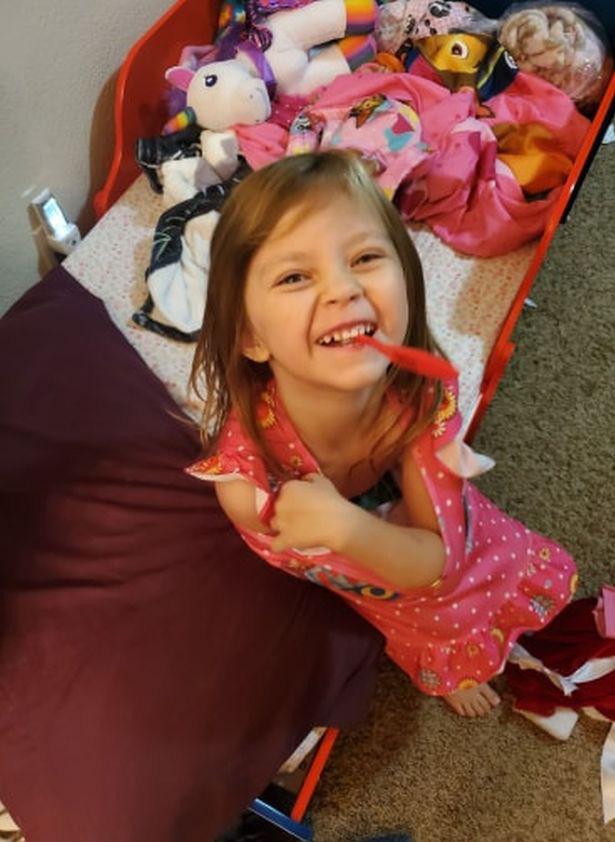 Vừa đánh răng, vừa nhảy ở trên giường, bé gái 5 tuổi đã bị ngã và bị đâm thủng cổ họng dù cha mẹ đứng ngay bên cạnh - Ảnh 1.