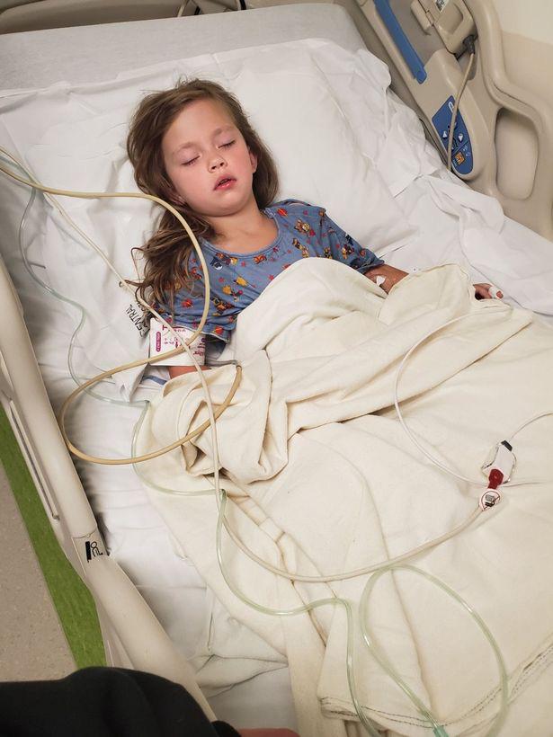 Vừa đánh răng, vừa nhảy ở trên giường, bé gái 5 tuổi đã bị ngã và bị đâm thủng cổ họng dù cha mẹ đứng ngay bên cạnh - Ảnh 4.