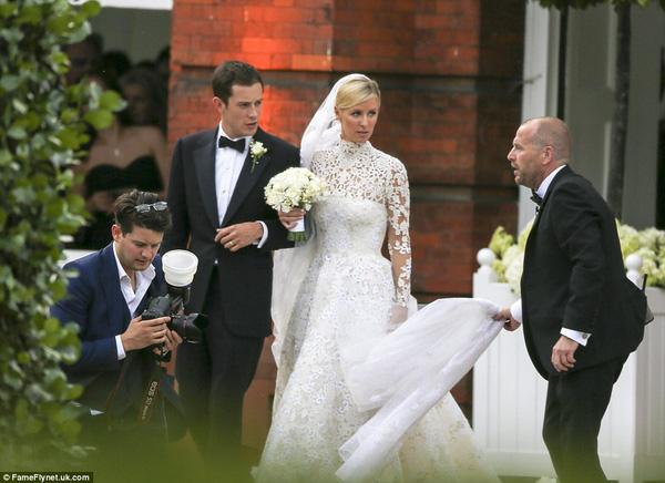Sự cố váy cưới của Đông Nhi chưa là gì với pha diện váy tiền tỉ mà kẹt cả vào bánh xe ô tô, hay có người còn cháy váy cưới: Cô dâu cần hết sức cẩn thận  - Ảnh 4.