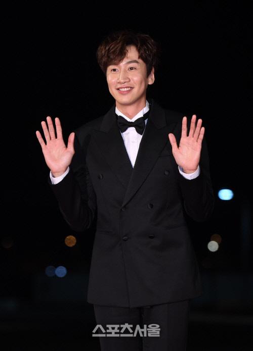 """Thảm đỏ nóng nhất Kbiz hôm nay: Mỹ nhân """"18+"""" Jeon Do Yeon đọ sắc cùng """"chị đại xứ Hàn"""" Kim Hye Soo, dàn sao """"Ký Sinh Trùng"""" đổ bộ - Ảnh 2."""