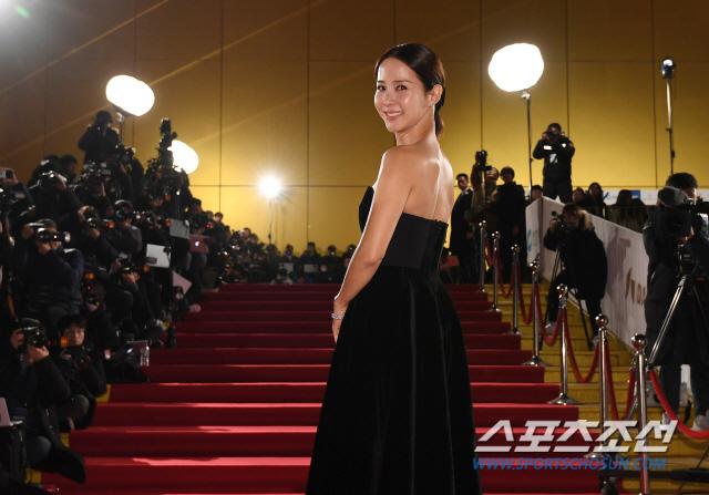 """Thảm đỏ nóng nhất Kbiz hôm nay: Mỹ nhân """"18+"""" Jeon Do Yeon đọ sắc cùng """"chị đại xứ Hàn"""" Kim Hye Soo, dàn sao """"Ký Sinh Trùng"""" đổ bộ - Ảnh 12."""