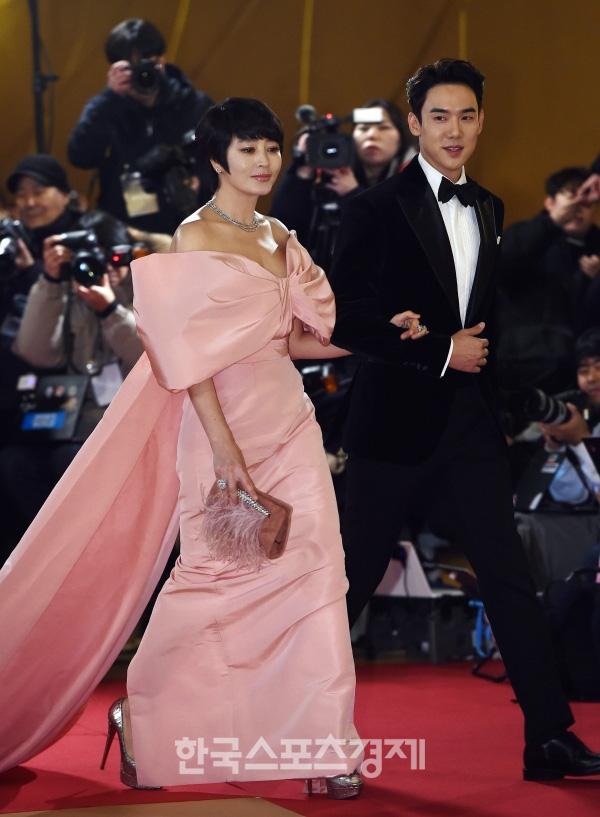 """Thảm đỏ nóng nhất Kbiz hôm nay: Mỹ nhân """"18+"""" Jeon Do Yeon đọ sắc cùng """"chị đại xứ Hàn"""" Kim Hye Soo, dàn sao """"Ký Sinh Trùng"""" đổ bộ - Ảnh 6."""