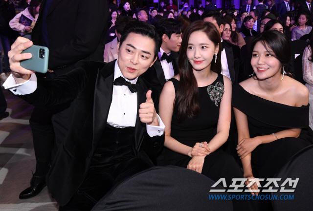 """Thảm đỏ nóng nhất Kbiz hôm nay: Mỹ nhân """"18+"""" Jeon Do Yeon đọ sắc cùng """"chị đại xứ Hàn"""" Kim Hye Soo, dàn sao """"Ký Sinh Trùng"""" đổ bộ - Ảnh 18."""