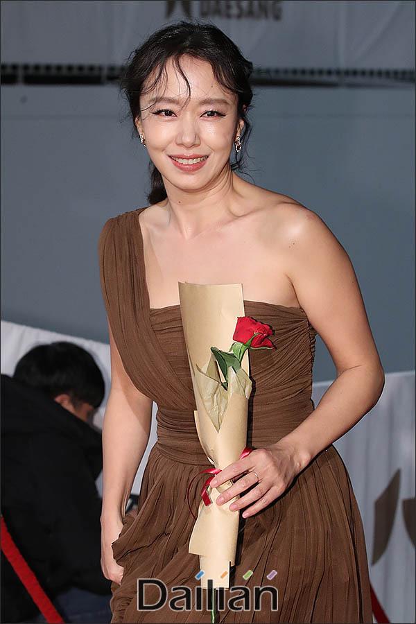 """Thảm đỏ nóng nhất Kbiz hôm nay: Mỹ nhân """"18+"""" Jeon Do Yeon đọ sắc cùng """"chị đại xứ Hàn"""" Kim Hye Soo, dàn sao """"Ký Sinh Trùng"""" đổ bộ - Ảnh 3."""
