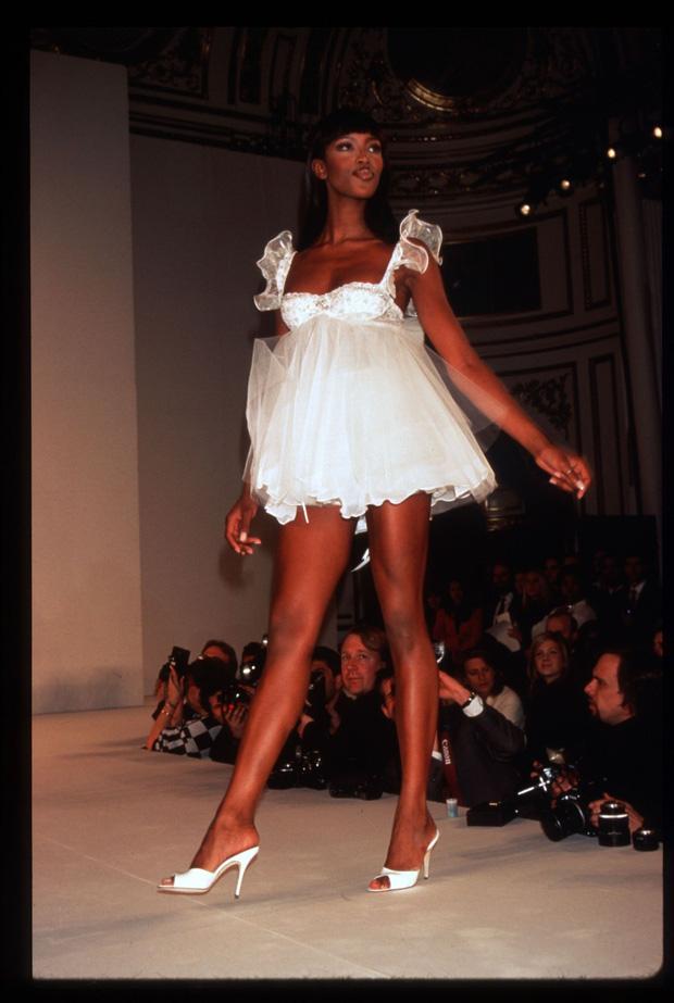 Loạt khoảnh khắc lịch sử của Victorias Secret Fashion Show: Từ sexy, thần tiên đến choáng ngợp đều có đủ, ai xem cũng khó mà kìm lòng - Ảnh 2.