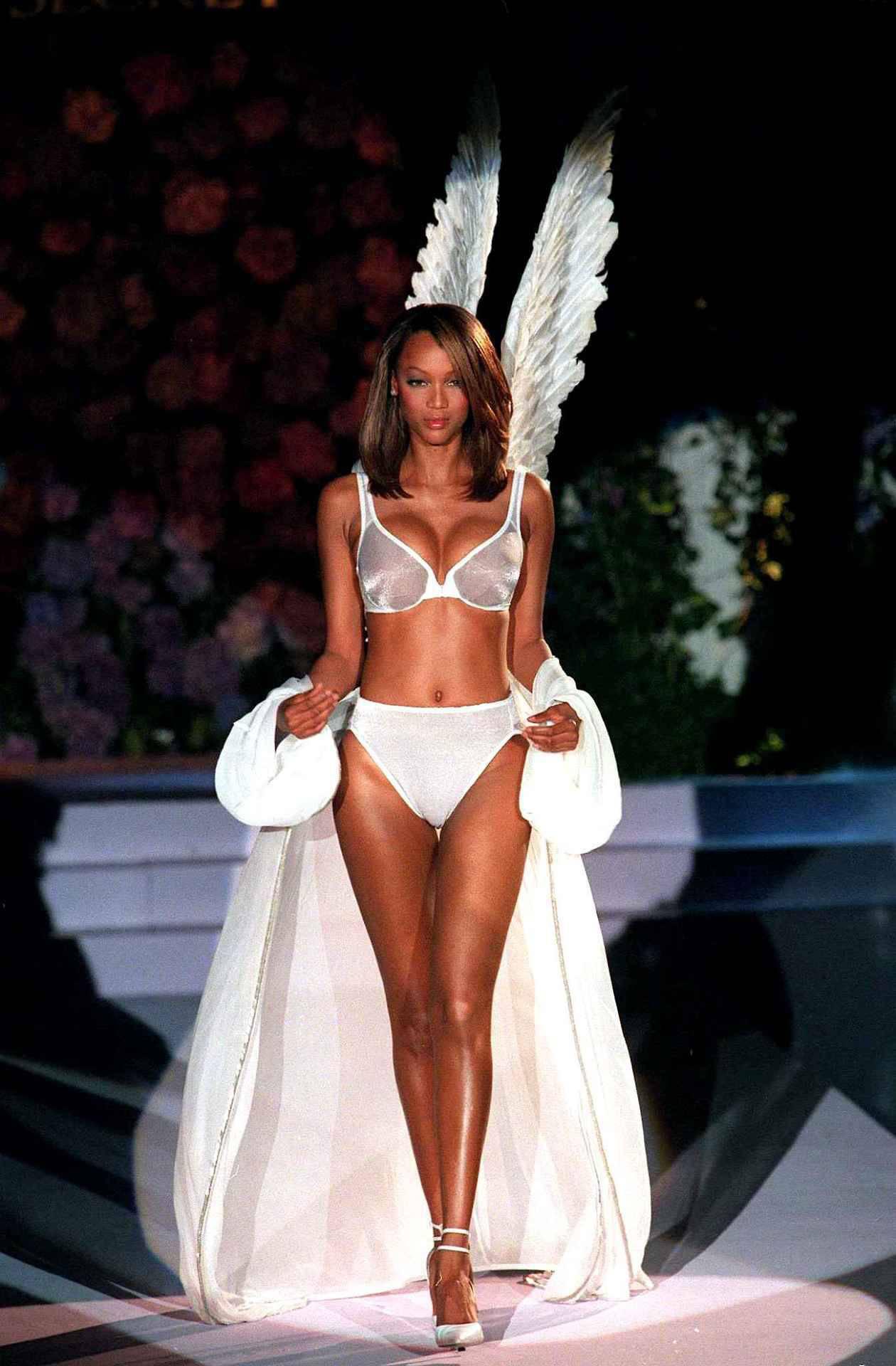 Loạt khoảnh khắc lịch sử của Victorias Secret Fashion Show: Từ sexy, thần tiên đến choáng ngợp đều có đủ, ai xem cũng khó mà kìm lòng - Ảnh 3.
