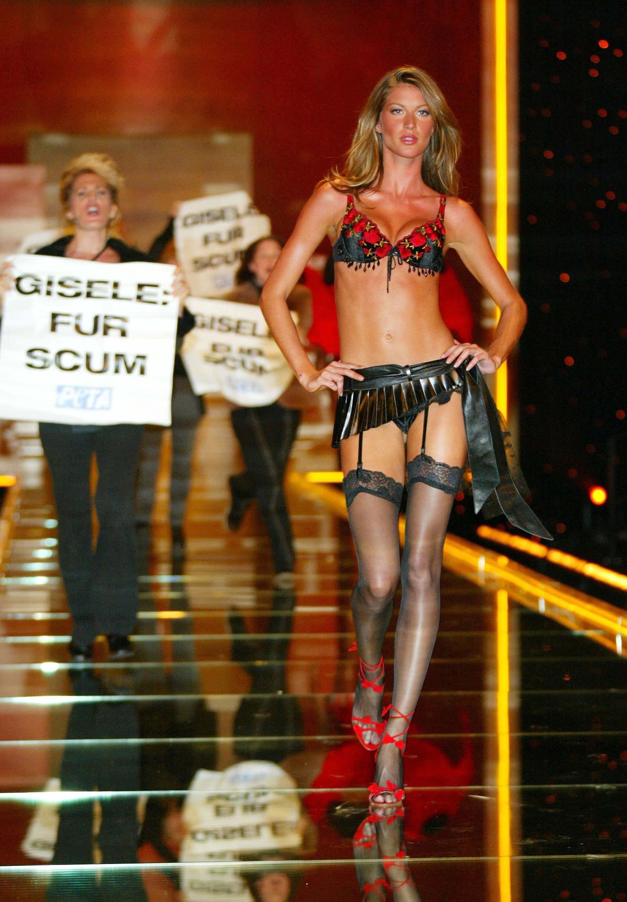 Loạt khoảnh khắc lịch sử của Victorias Secret Fashion Show: Từ sexy, thần tiên đến choáng ngợp đều có đủ, ai xem cũng khó mà kìm lòng - Ảnh 7.