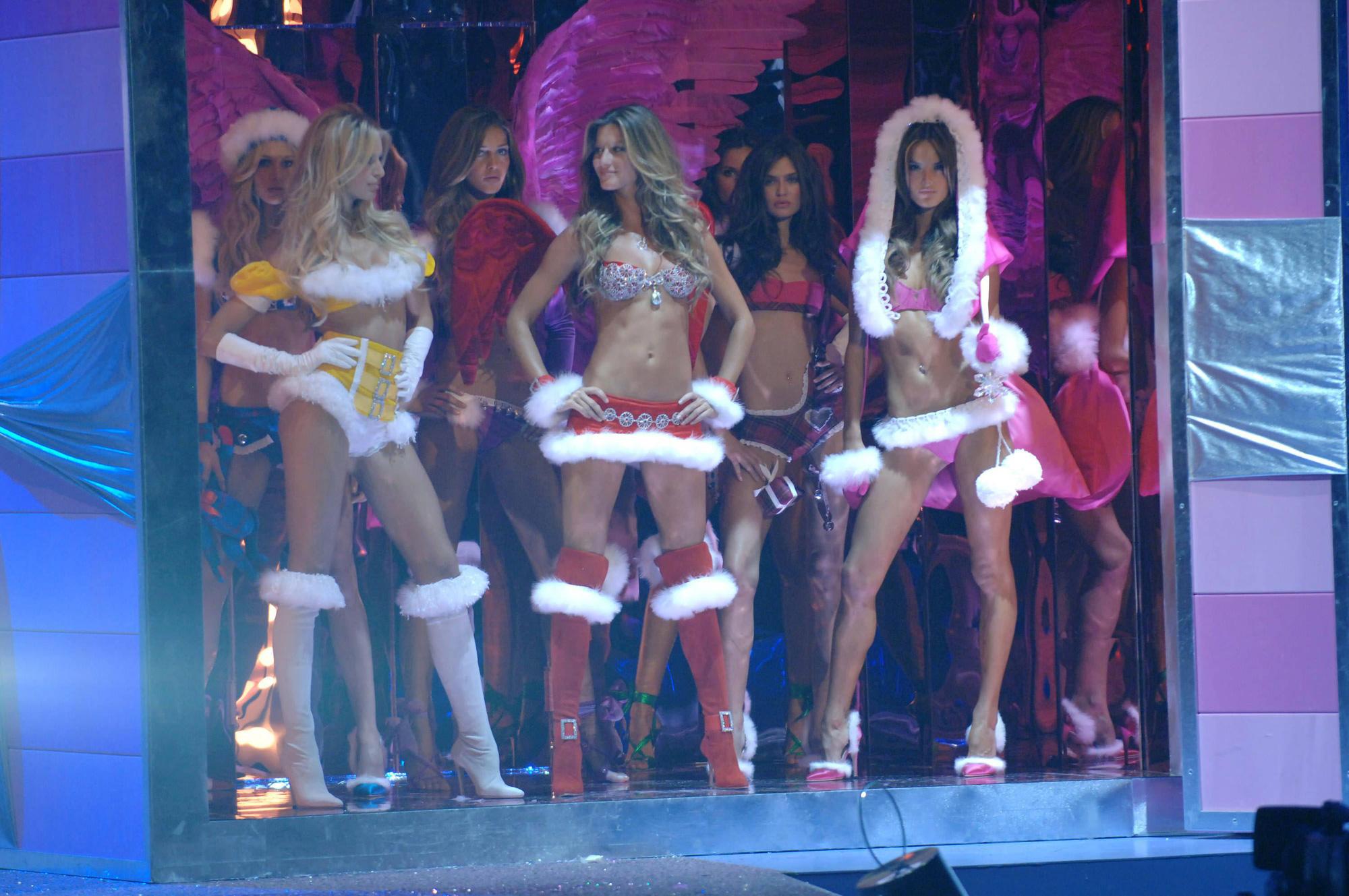Loạt khoảnh khắc lịch sử của Victorias Secret Fashion Show: Từ sexy, thần tiên đến choáng ngợp đều có đủ, ai xem cũng khó mà kìm lòng - Ảnh 9.