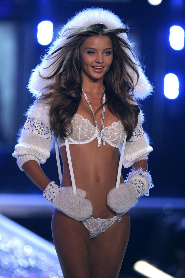 Loạt khoảnh khắc lịch sử của Victorias Secret Fashion Show: Từ sexy, thần tiên đến choáng ngợp đều có đủ, ai xem cũng khó mà kìm lòng - Ảnh 10.
