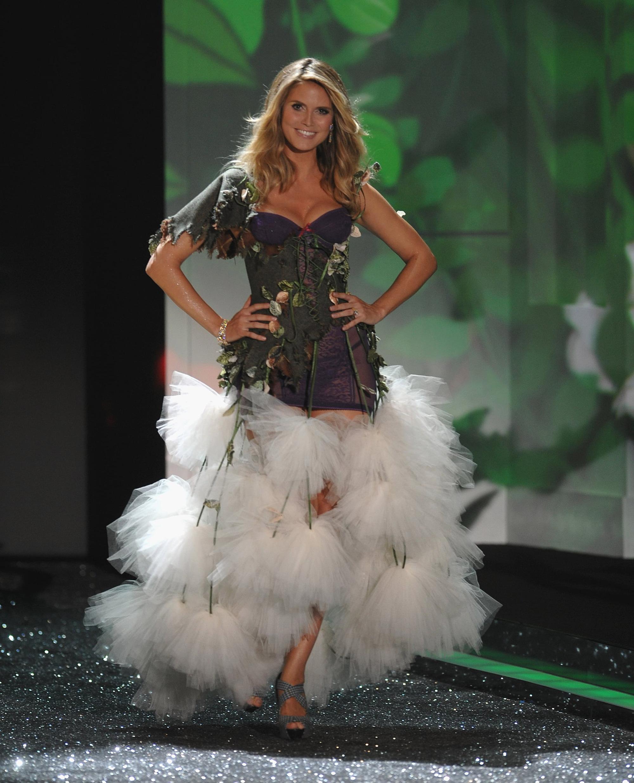 Loạt khoảnh khắc lịch sử của Victorias Secret Fashion Show: Từ sexy, thần tiên đến choáng ngợp đều có đủ, ai xem cũng khó mà kìm lòng - Ảnh 12.
