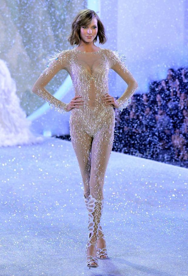 Loạt khoảnh khắc lịch sử của Victorias Secret Fashion Show: Từ sexy, thần tiên đến choáng ngợp đều có đủ, ai xem cũng khó mà kìm lòng - Ảnh 17.