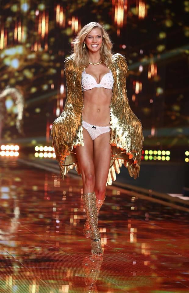 Loạt khoảnh khắc lịch sử của Victorias Secret Fashion Show: Từ sexy, thần tiên đến choáng ngợp đều có đủ, ai xem cũng khó mà kìm lòng - Ảnh 18.