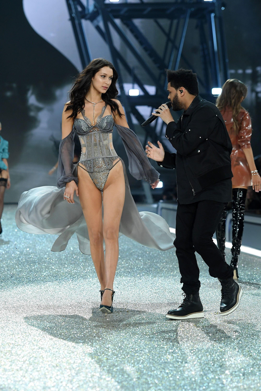 Loạt khoảnh khắc lịch sử của Victorias Secret Fashion Show: Từ sexy, thần tiên đến choáng ngợp đều có đủ, ai xem cũng khó mà kìm lòng - Ảnh 20.