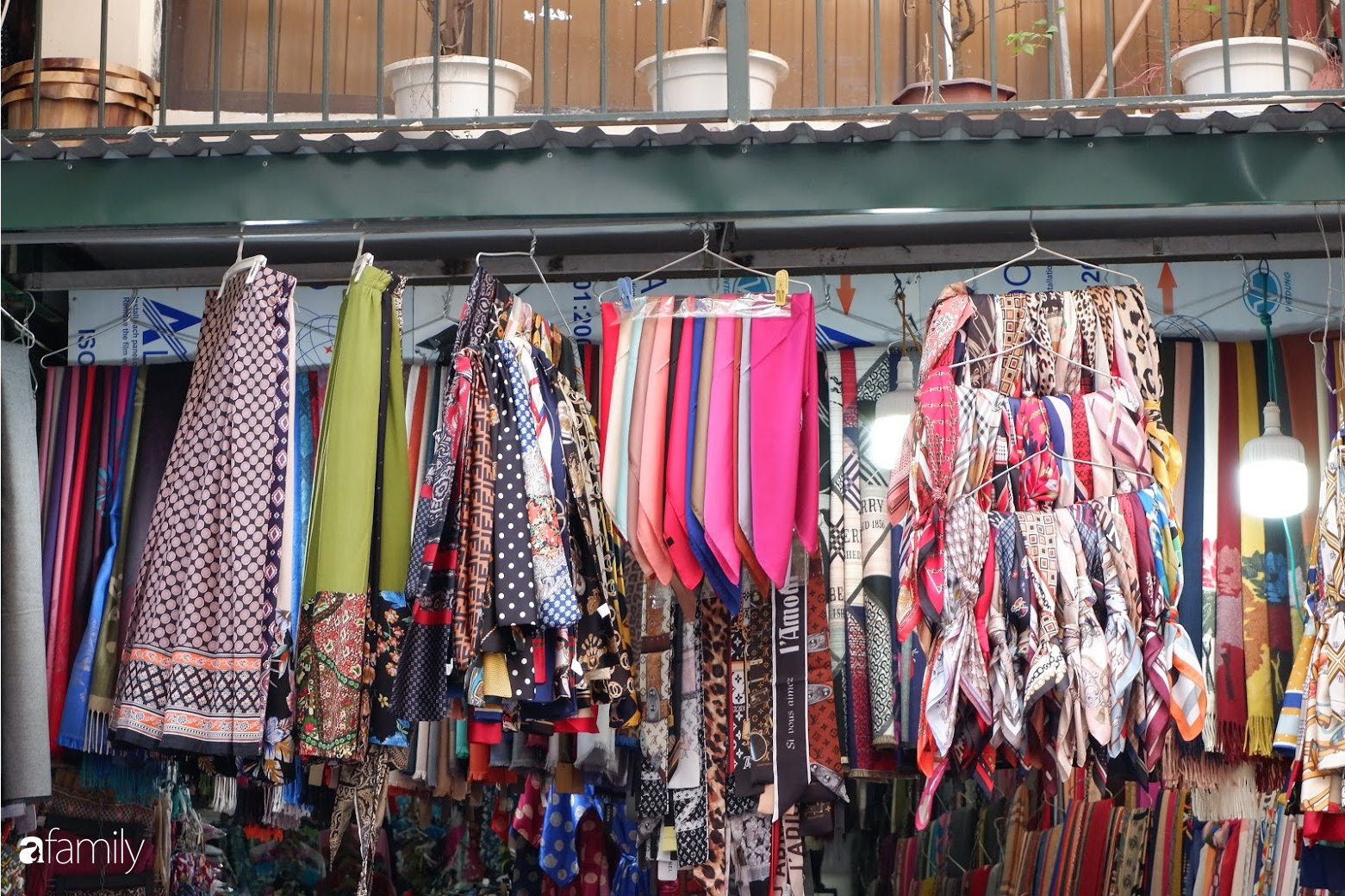 4 phố bán khăn quàng nổi tiếng ở Hà Nội