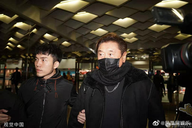 Thi thể Cao Dĩ Tường chính thức rời khỏi nhà tang lễ Ninh Ba trong đêm, cha nam diễn viên tiều tụy và thất thần - Ảnh 8.