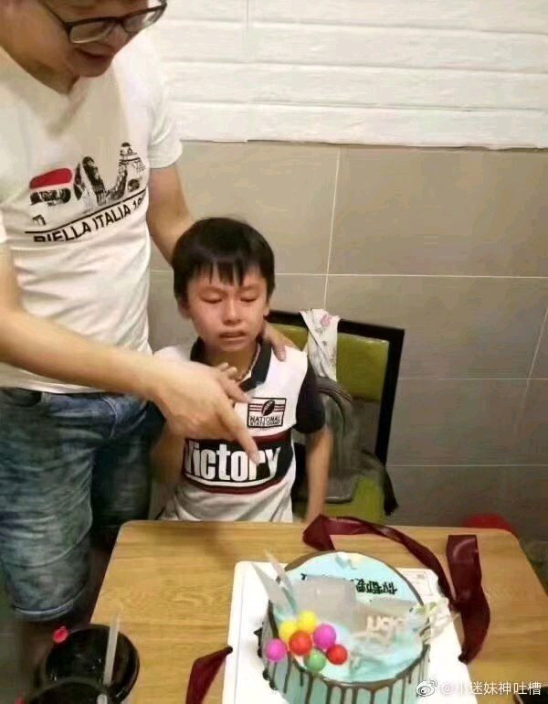 Nỗi ám ảnh đi học chạy theo đến tận tiệc sinh nhật, cậu bé khóc òa sợ sệt khi nhìn thấy bánh kem gắn đầy sách giáo khoa - Ảnh 1.