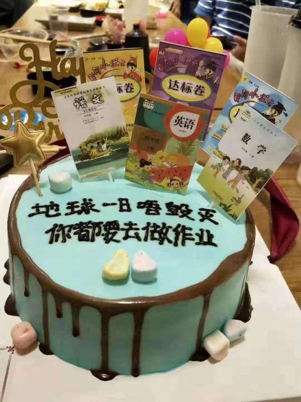 Nỗi ám ảnh đi học chạy theo đến tận tiệc sinh nhật, cậu bé khóc òa sợ sệt khi nhìn thấy bánh kem gắn đầy sách giáo khoa - Ảnh 2.
