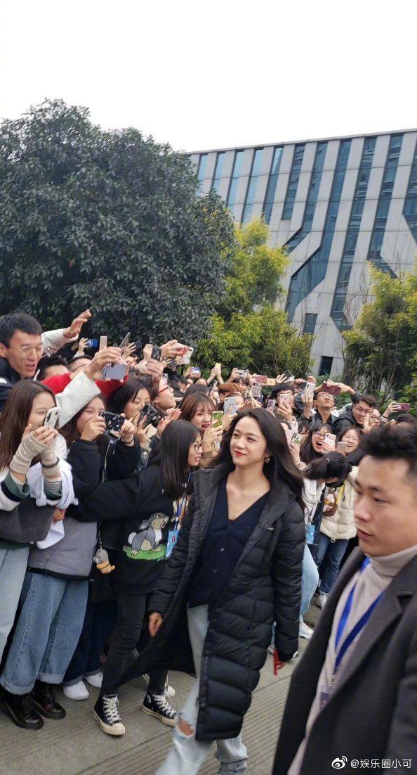 2 nhan sắc phá đảo Weibo bởi chùm ảnh chụp vội của team qua đường: Thang Duy đẹp đẳng cấp, Angela Baby quá hoàn mỹ - Ảnh 6.