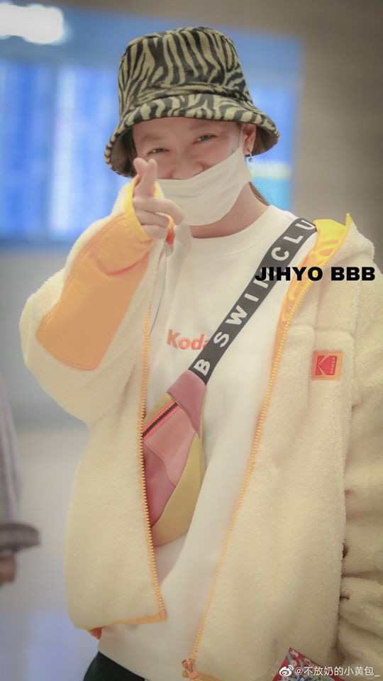 Cập nhật hình ảnh dàn Running Man tại sân bay sang Việt Nam: Song Ji Hyo vẫn trung thành với mặt mộc, các thành viên nam mặc đồ siêu đáng yêu - Ảnh 2.