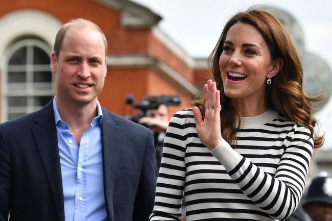 Hoàng tử William muối mặt khi bị đào lại ảnh quá khứ nhạy cảm, thân mật cùng người phụ nữ khác khiến Công nương Kate nổi cơn ghen - Ảnh 3.