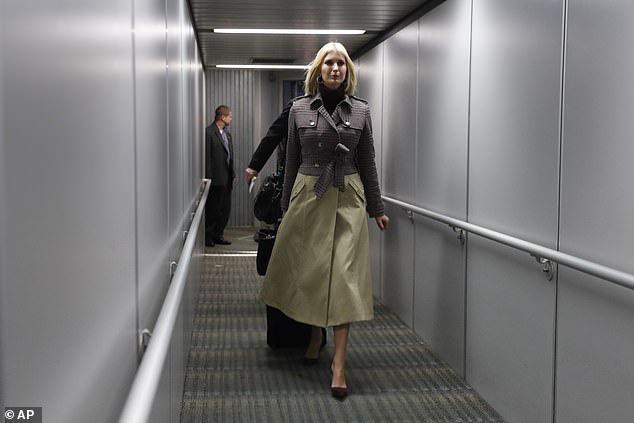 Ái nữ Tổng thống Trump biến sân bay thành sàn diễn khi diện set đồ sành điệu hơn 70 triệu đồng khoe eo thon dáng chuẩn - Ảnh 3.