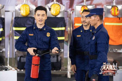Vương Nhất Bác cười ngượng ngùng khi được đàn anh Huỳnh Hiểu Minh khen nức nở - Ảnh 4.