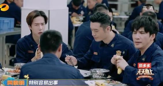 Vương Nhất Bác cười ngượng ngùng khi được đàn anh Huỳnh Hiểu Minh khen nức nở - Ảnh 2.
