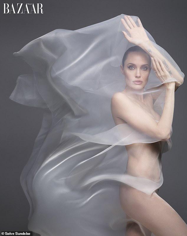 """""""Tiên hắc ám"""" Angelina Jolie gây sốc với loạt ảnh khỏa thân đốt mắt người nhìn, lần đầu chia sẻ về thỏa thuận ly hôn với Brad Pitt - Ảnh 2."""