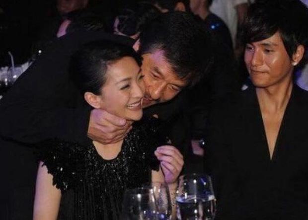 Mặt tối đời tư của Thành Long: Ngoại tình, bỏ rơi con cái, ngủ với hàng tá gái mại dâm và có hành động thân thiết quá đà với Châu Tấn, Kim Hee Sun - Ảnh 5.