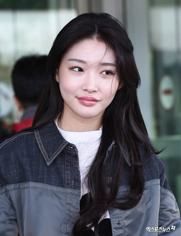 """Cuộc đọ sắc không khoan nhượng tại sân bay Hàn Quốc sáng nay: """"Hoàng hậu Ki"""" Ha Ji Won thần thái ngút ngàn lên đường sang Việt Nam, dàn idols trẻ toàn mỹ nam mỹ nữ - Ảnh 7."""
