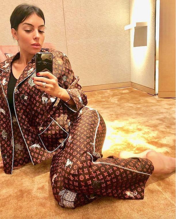 Trước ngày làm cô dâu đại gia, Bảo Thy nhử fan bằng bộ pijama 130 triệu, vẫn đụng hàng cả loạt mỹ nhân hàng hiệu - Ảnh 8.
