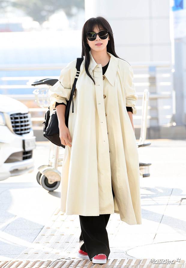 """Cuộc đọ sắc không khoan nhượng tại sân bay Hàn Quốc sáng nay: """"Hoàng hậu Ki"""" Ha Ji Won thần thái ngút ngàn lên đường sang Việt Nam, dàn idols trẻ toàn mỹ nam mỹ nữ - Ảnh 3."""