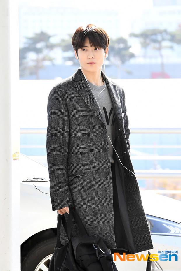 """Cuộc đọ sắc không khoan nhượng tại sân bay Hàn Quốc sáng nay: """"Hoàng hậu Ki"""" Ha Ji Won thần thái ngút ngàn lên đường sang Việt Nam, dàn idols trẻ toàn mỹ nam mỹ nữ - Ảnh 10."""