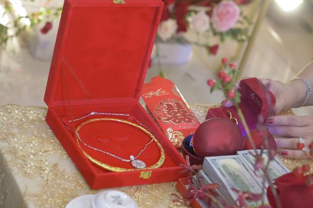 """Soi chi tiết trang sức sính lễ """"khủng"""" của nhà Ông Cao Thắng tặng Đông Nhi trong lễ rước dâu - Ảnh 2."""
