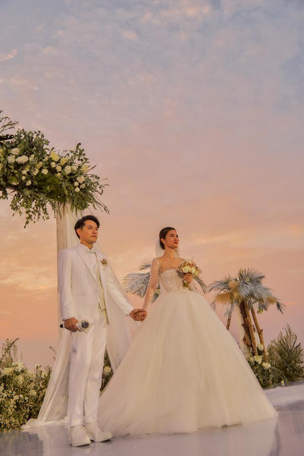 3 váy cưới thay như chạy sô của Đông Nhi: Từ sexy tới kiêu sa, rồi lại sang chảnh như công nương Hoàng gia - Ảnh 3.