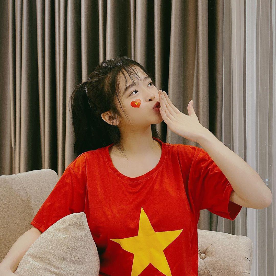 Cả dàn sao Việt nhuộm đỏ mạng xã hội khi cùng diện áo đỏ mừng chiến thắng của đội tuyển Việt Nam - Ảnh 1.