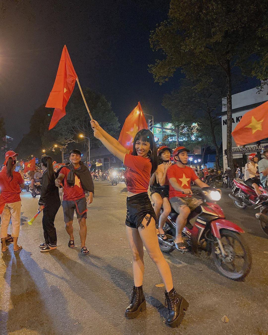 Cả dàn sao Việt nhuộm đỏ mạng xã hội khi cùng diện áo đỏ mừng chiến thắng của đội tuyển Việt Nam - Ảnh 4.