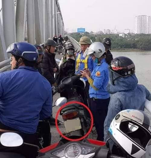 Đang lưu thông trên cầu, người đàn ông bất ngờ dừng xe nhảy xuống sông tự tử - Ảnh 1.