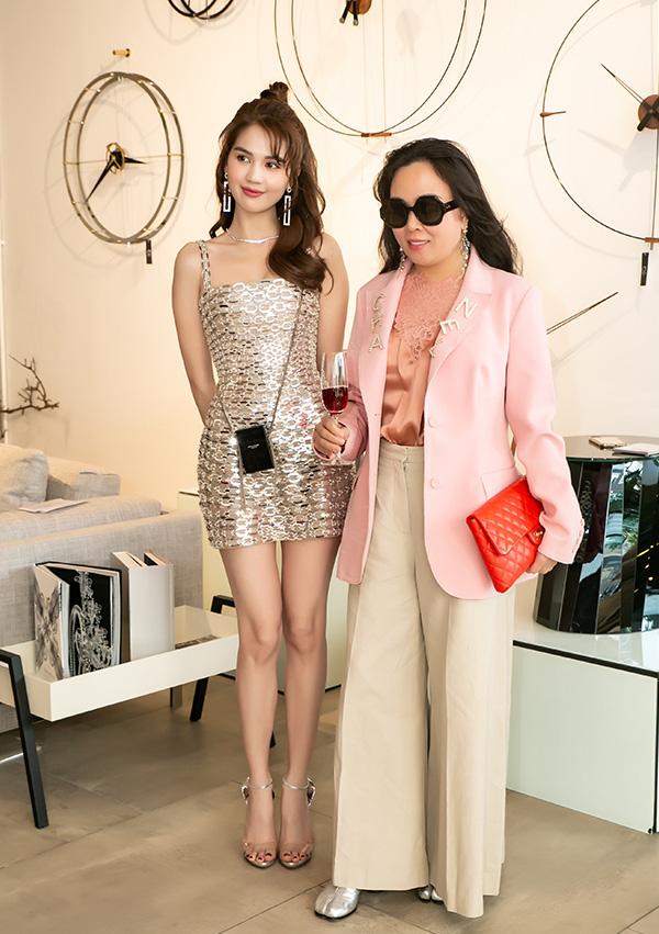 Cùng dự 1 sự kiện: Ngọc Trinh hở bạo với váy ngắn cũn, đối lập với Phượng Chanel diện áo kín mít  - Ảnh 1.