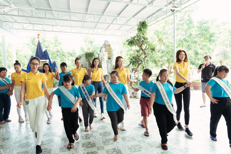 Nam A Bank đồng hành cùng tân Hoa Hậu Hoàn Vũ Việt Nam 2019 trao quà cho trẻ em tại mái ấm hy vọng - Ảnh 2.