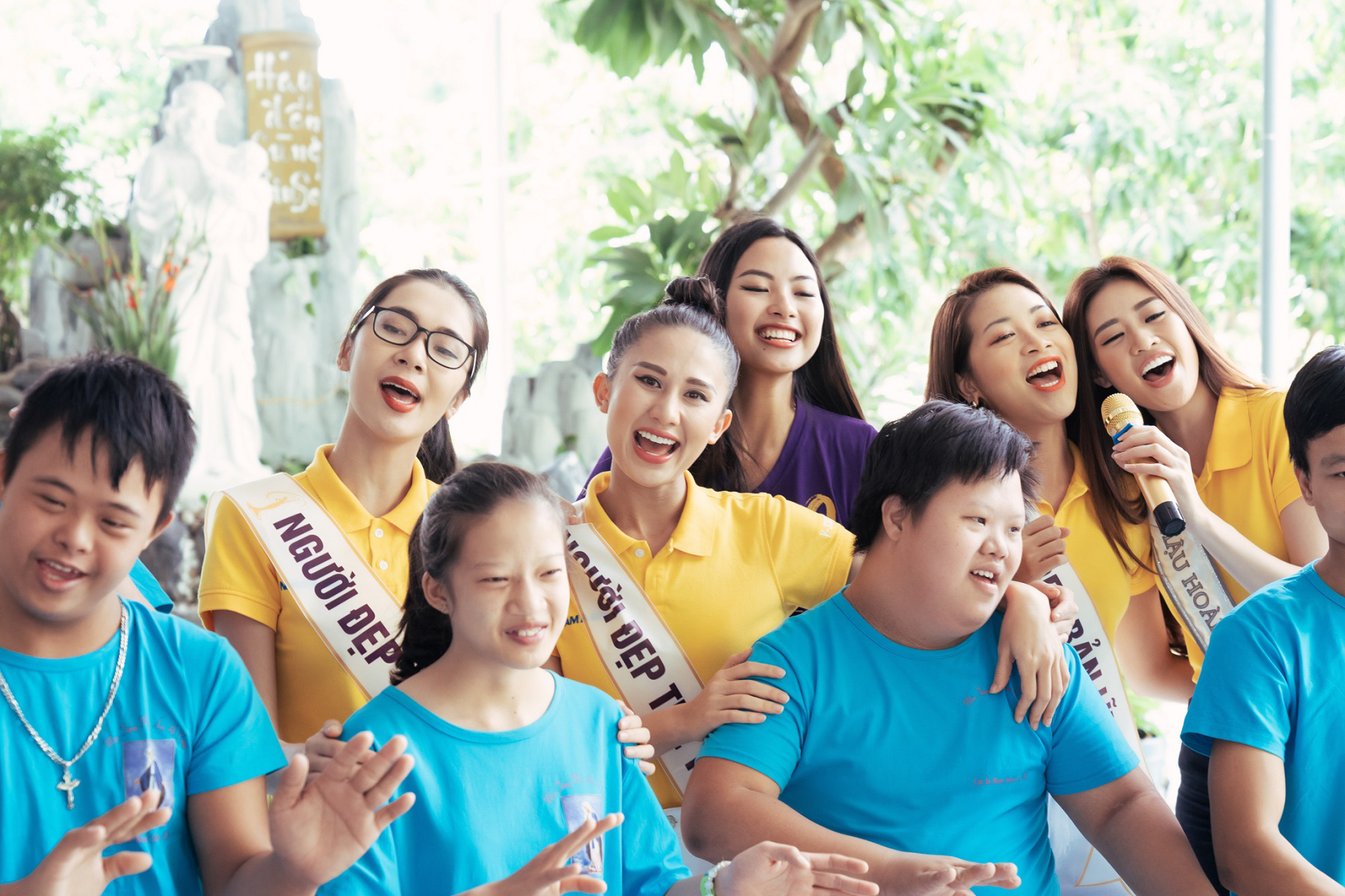 Nam A Bank đồng hành cùng tân Hoa Hậu Hoàn Vũ Việt Nam 2019 trao quà cho trẻ em tại mái ấm hy vọng - Ảnh 3.