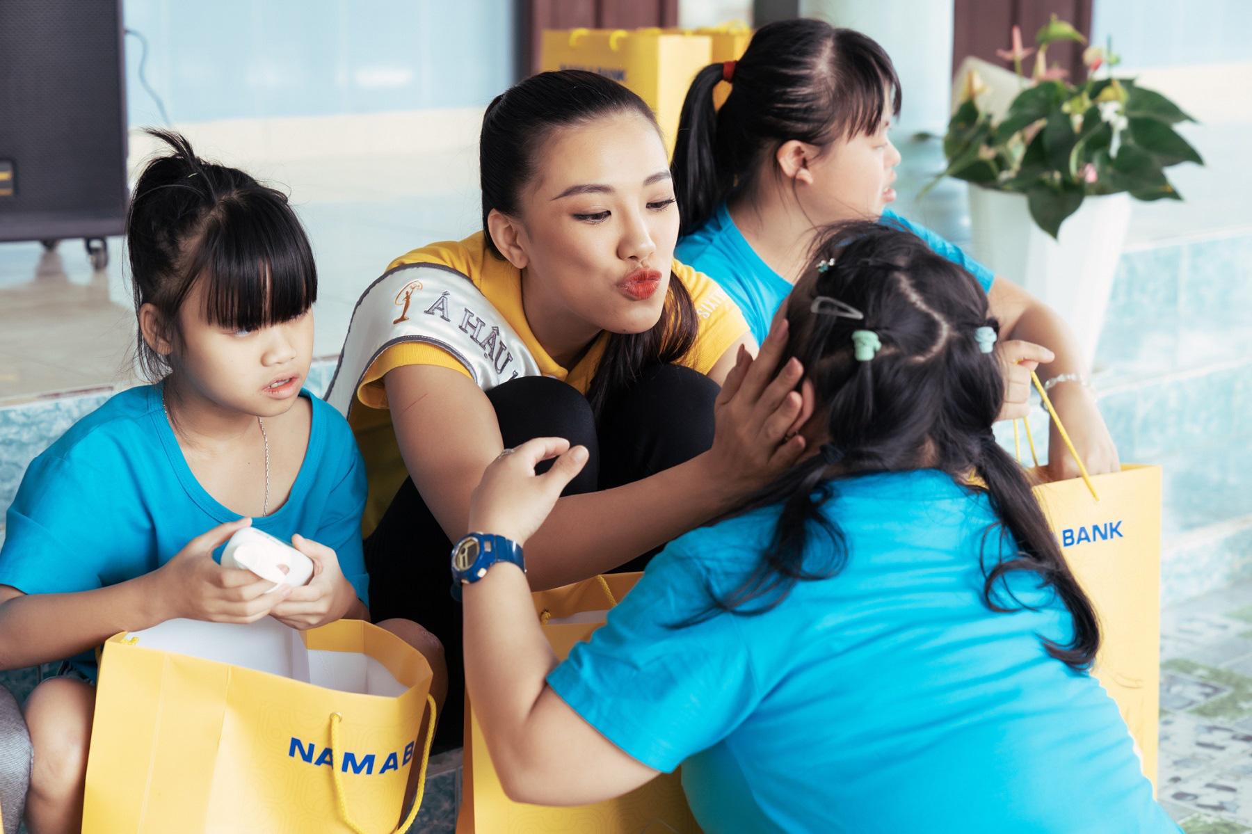Nam A Bank đồng hành cùng tân Hoa Hậu Hoàn Vũ Việt Nam 2019 trao quà cho trẻ em tại mái ấm hy vọng - Ảnh 4.